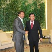 Kampars vienojas ar Ķīnas komercminstru par abu valstu ciešāku ekonomisko sadarbību; aicina apmeklēt Latviju Thumbnail